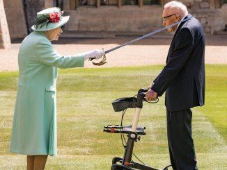 La Regina Elisabetta fa cavaliere Moore per la sua donazione