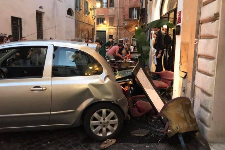 roma auto contro ristorante