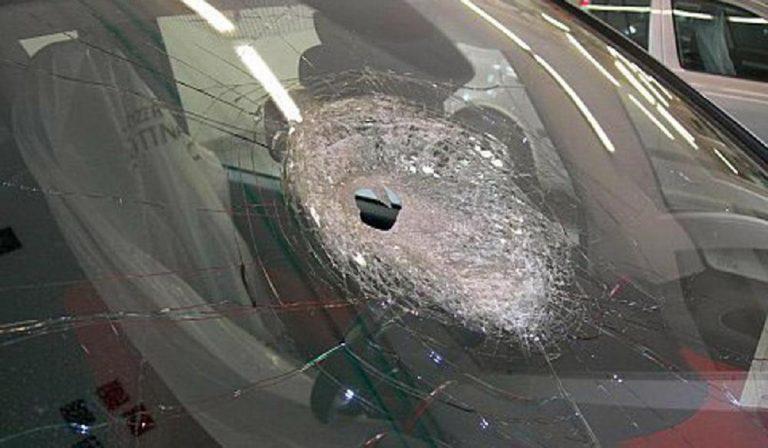 Sassi contro auto sulla strada a Nembro