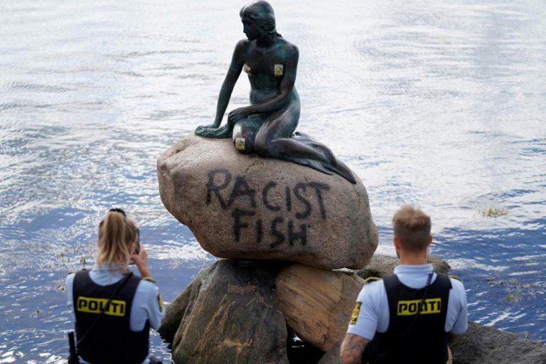 Scritta vandala sulla statua dellaSirenetta