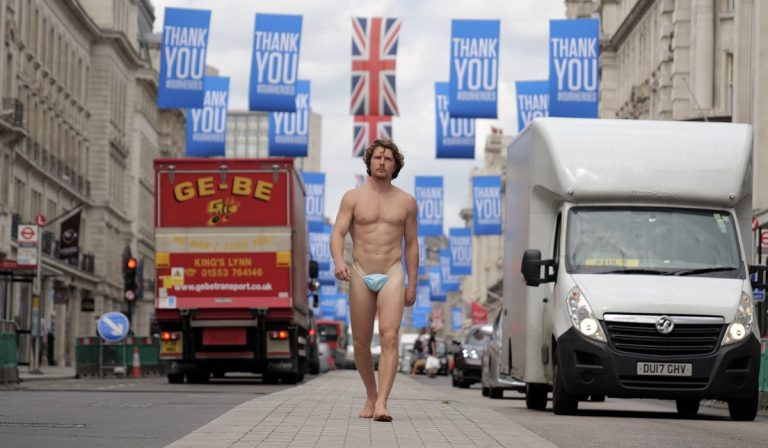 Londra: uomo nudo in giro, indossa solo la mascherina