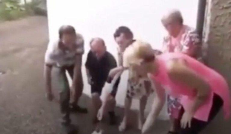 anziani bruciano mascherina