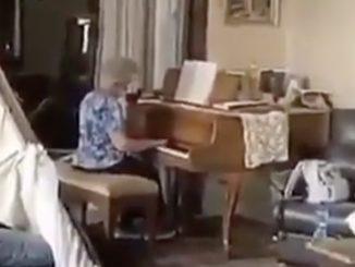 Beirut, anziana suona il piano