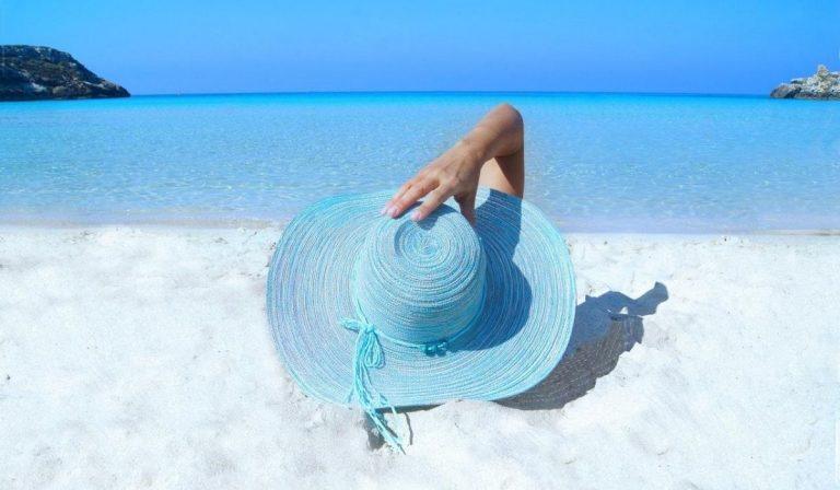 coronavirus mascherina in spiaggia
