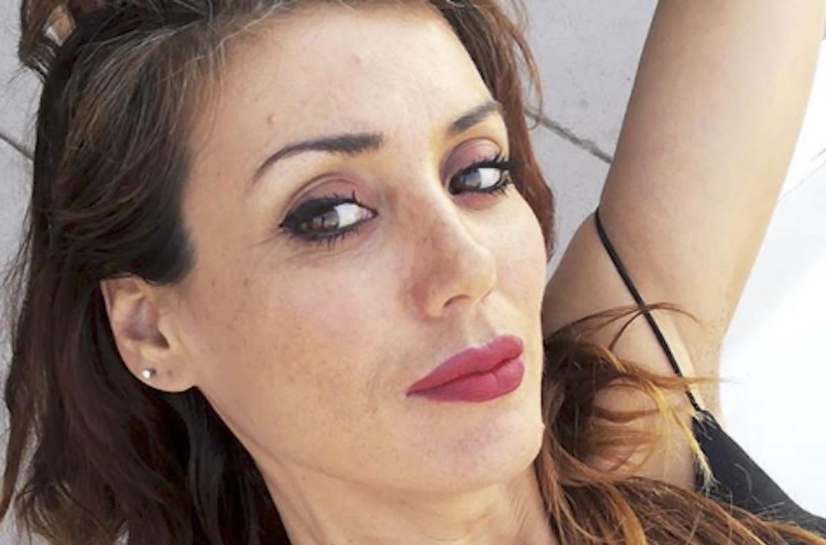 Daniela Martani si rifiuta di indossare la mascherina