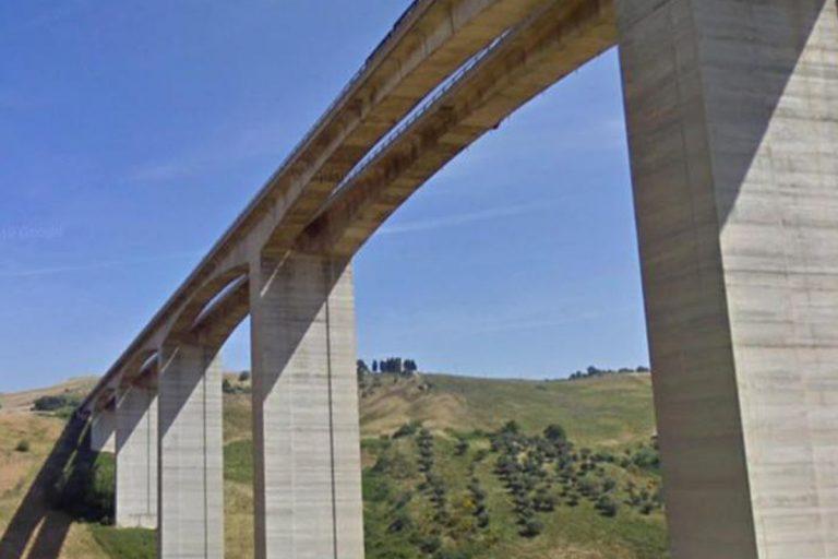 Minaccia di lanciarsi dal viadotto A14