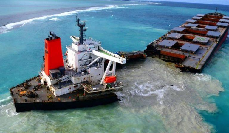 nave petroliera spezzata