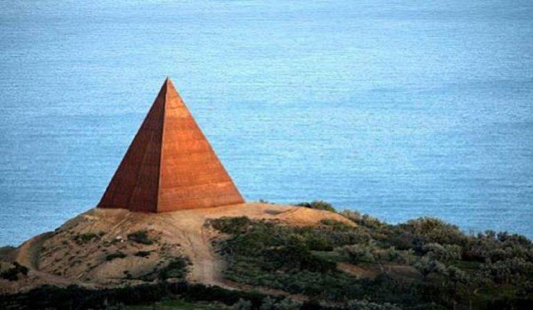 """Piramide della Luce: cos'è l'opera """"mistica"""" del giallo Parisi"""