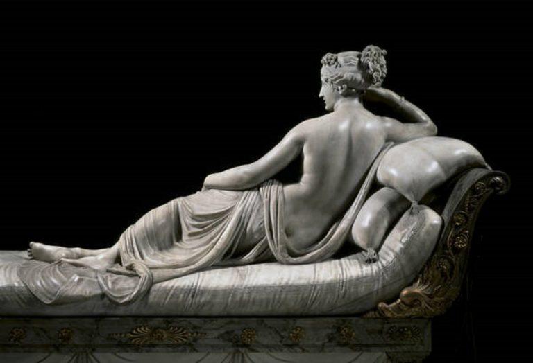 La scultura di Paolina Borghese è stata danneggiata da un turista che si è seduto di sopra per fare un selfie
