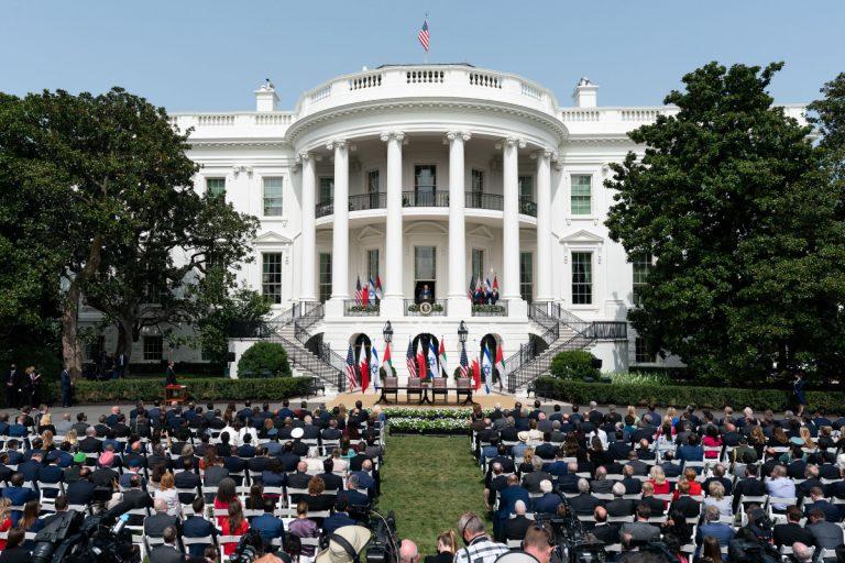 La Casa Bianca : ha ospitato la firma per gli Accordi di Abramo: nessun distanziamento o mascherina tra i partecipanti