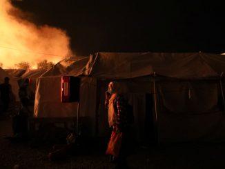 L'incendio divampato nel campo profughi di Moria, a Lesbo