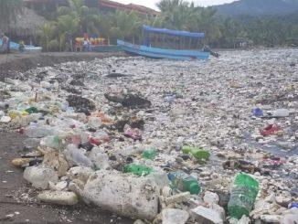 ondata di rifiuti sulla spiaggia in honduras