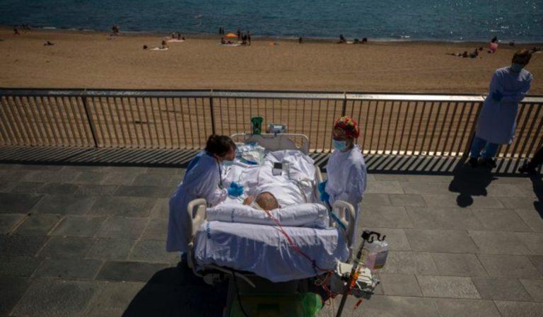 Spagna, l'ospedale che porta i pazienti guariti dal Covid sul mare