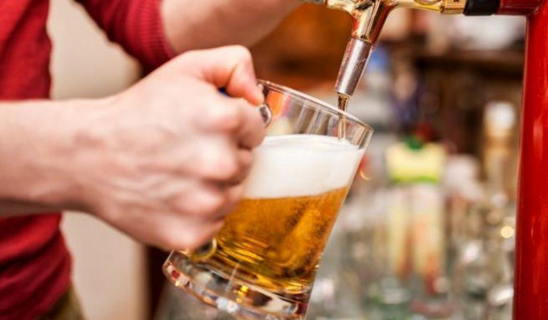 Torino, vanno al pub per recuperare il portafogli: il titolare spara