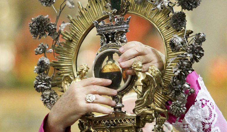 Il miracolo di San Gennaro si ripete: sangue sciolto alle 10:02