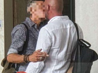 Ligabue bacio gay