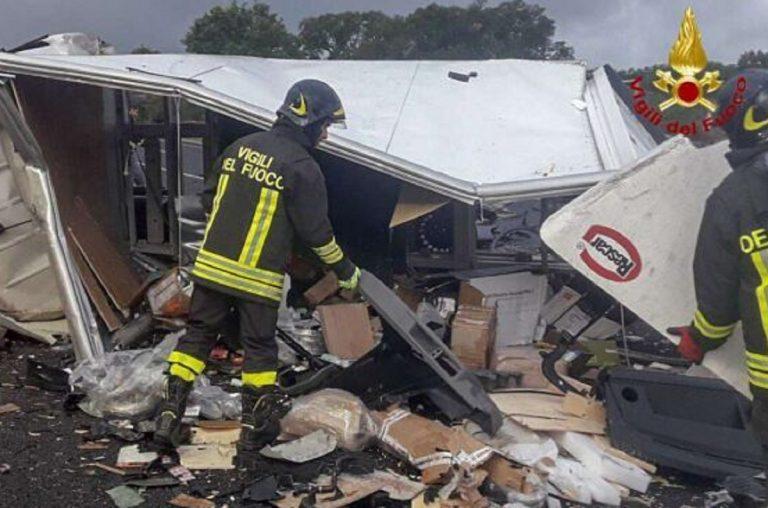 Oristano, furgone contro tir: morto 25enne