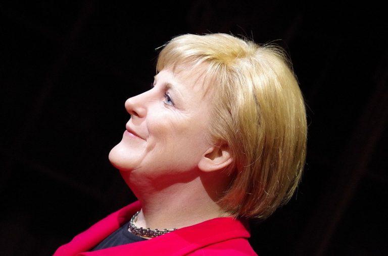 """L'appello di Angela Merkel: """"State a casa"""""""