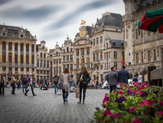 gente cammina piazza bruxelles