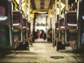 In bus senza mascherina e con sigaretta accesa: picchiano autista