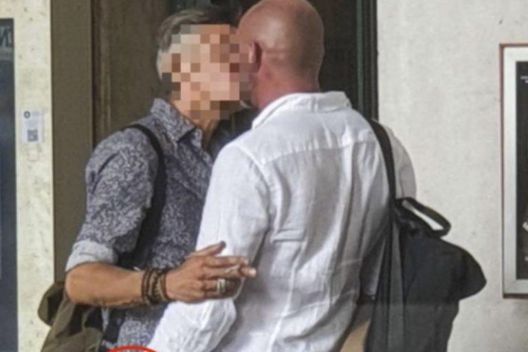 cantante bacio gay