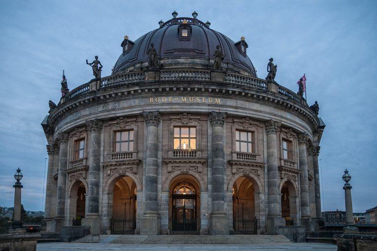 Imbrattate 70 opere nei musei di Berlino