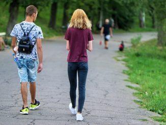 ragazzi camminano nel parco