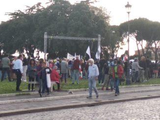 Roma, a manifestazione no mask volantini onoranze funebri