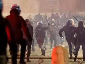 Proteste contro il coprifuoco a Roma, lanciati lacrimogeni e bombe carta