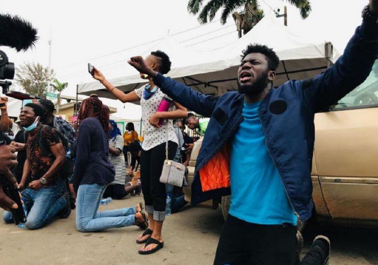 tutti contro le quadre SARS protestano in maniera agitata in nigeria