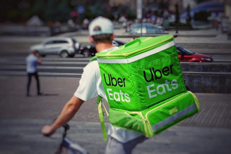Rider, inchiesta sul caporalato: Uber commissariata