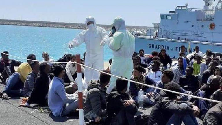 Lampedusa, arrivati oltre 400 migranti in poche ore