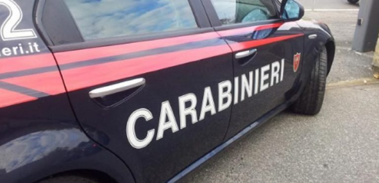 spara a moglie e figli Carignano