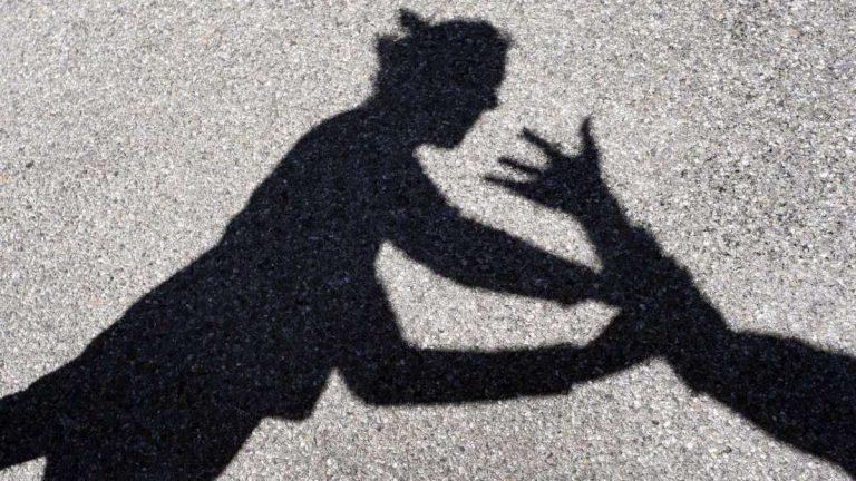 Tenta di violentare e strangolare una donna