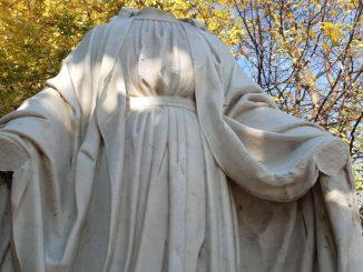 Statua della Madonna decapitata e con le mani mozzate