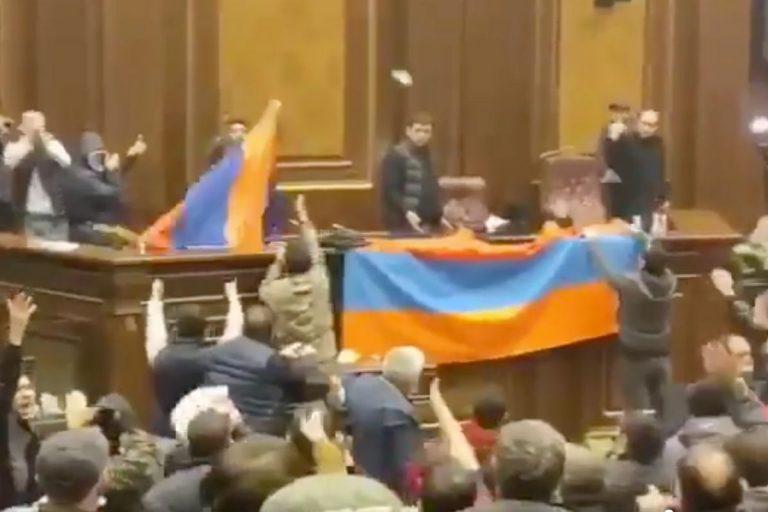 Armenia manifestanti Parlamento