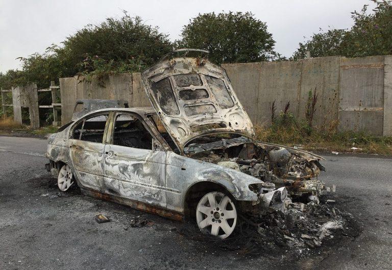 Ragazza bruciata viva in auto