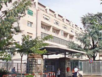 Uomo con polmonite abbandonato nel parcheggio dell'ospedale a Castellammare di Stabia