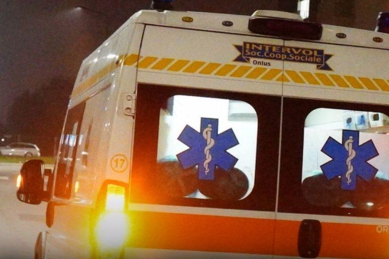 Covid negazionisti inseguono ambulanza