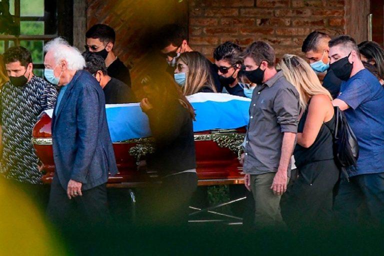 funerali Maradona, le lacrime dei familiari