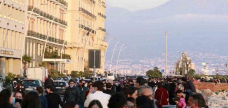 lungomare di Napoli affollato