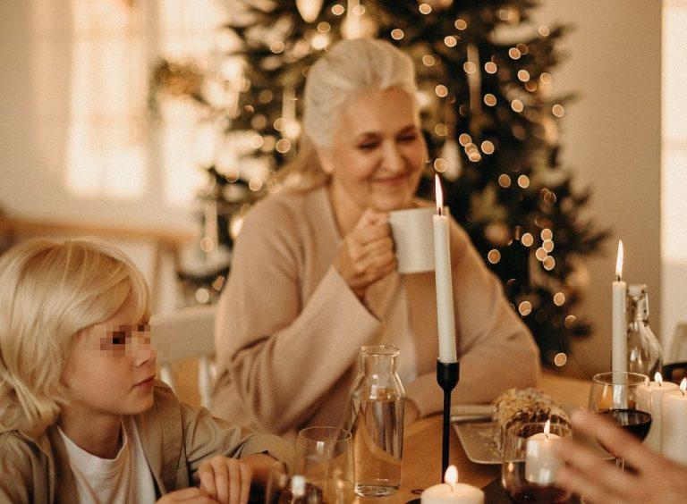 nonni e nipoti insieme a Natale