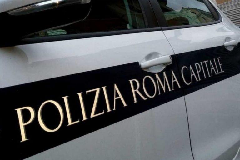 Roma: vigili hanno rapporto intimo in auto, ma la radio è accesa
