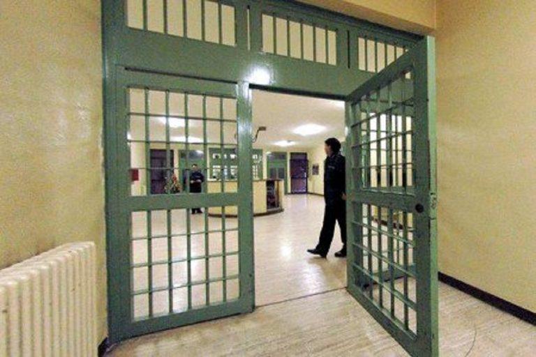 Detenuto dà fuoco al materasso rischiando l'asfissia