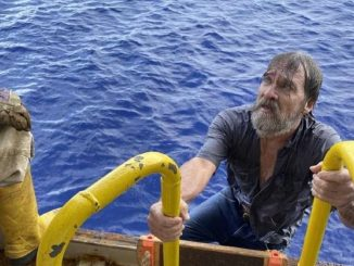 sopravvive a un naufragio restando aggrappato allo scafo della barca per 48 ore
