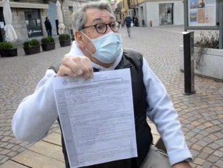 Il sig Colla mostra la multa