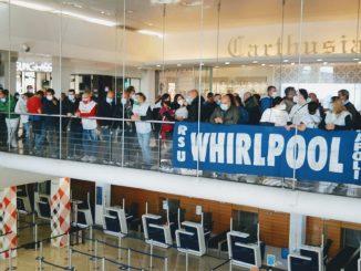 Whirlpool Napoli, protesta degli operai all'aeroporto di Capodichino