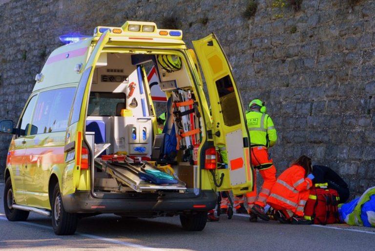 Ambulanza interviene dopo parto in strada