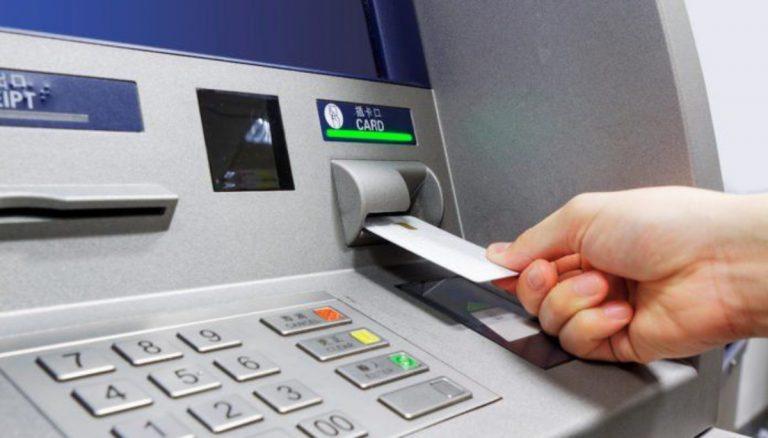 """Bancomat """"regala"""" 980 euro: passante li consegna alla polizia"""