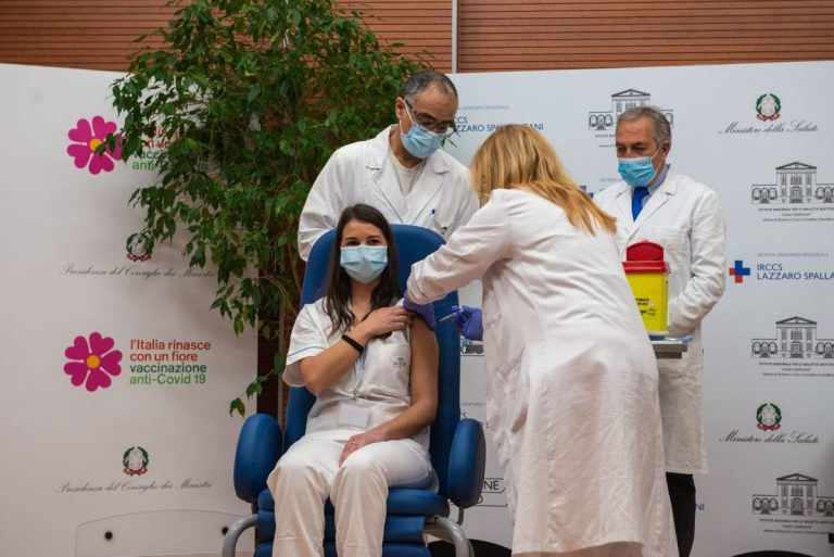 L'infermiera Claudia Alivernini e il vaccino contro il Covid-19